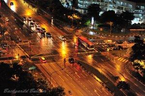 雨の幹線道路